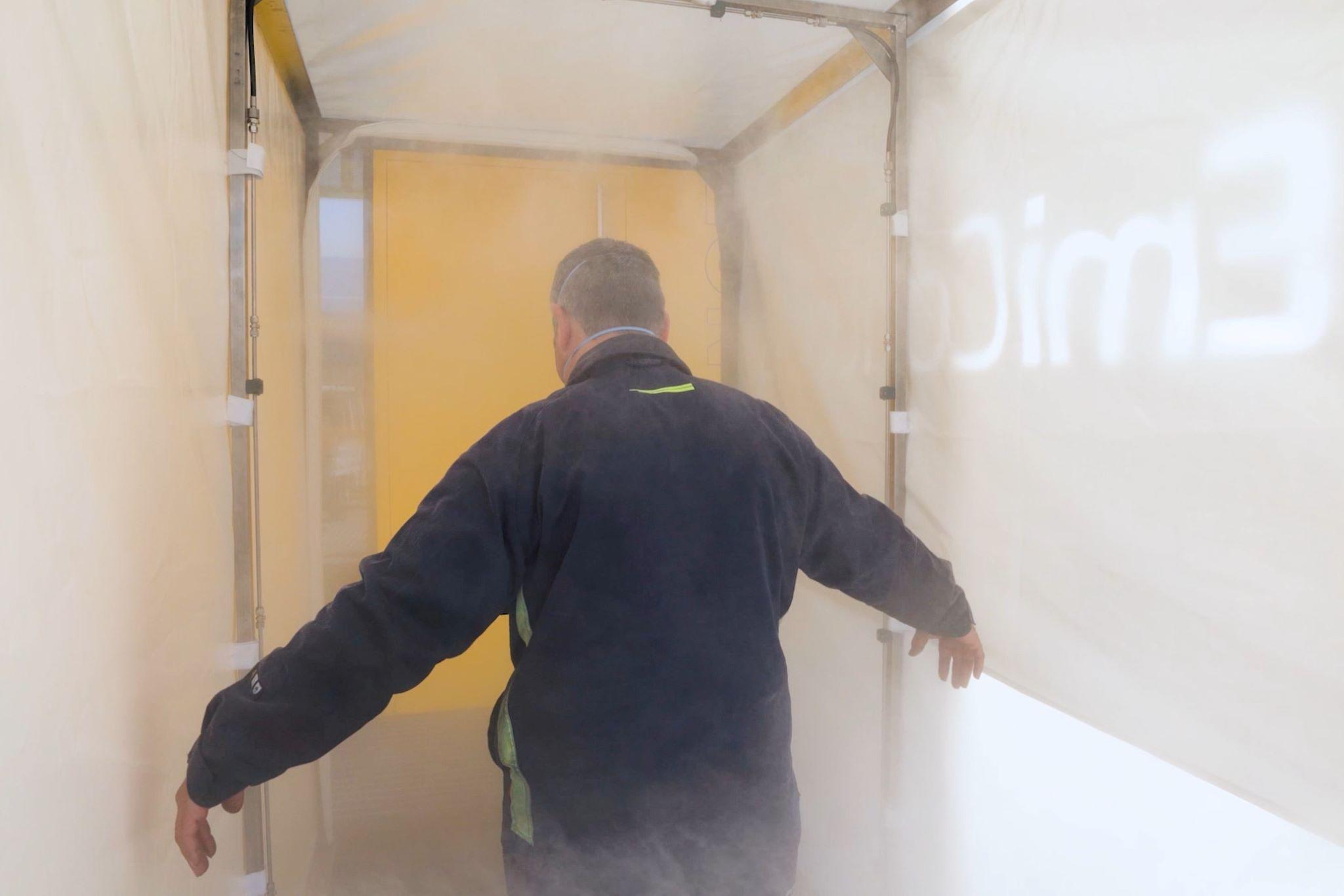 Individuo dentro del túnel de desinfección